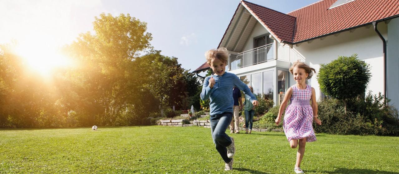 Blick auf einen Zollstock, dessen Glieder zu einem Haus geformt sind.