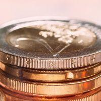 zwei Stapel von Euromünzen